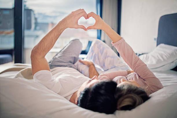 muž a žena v posteli