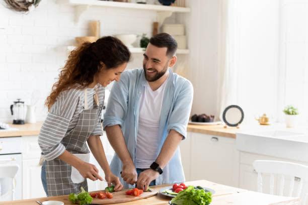 žena a muž vařit zdravé jídlo