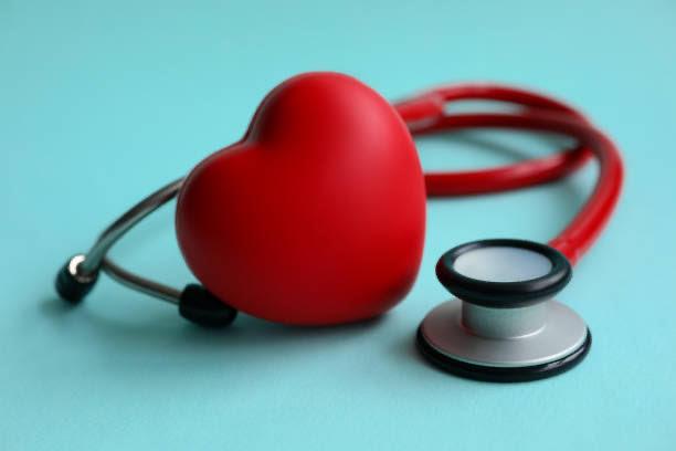 srdce a stetoskop pro měření krevního tlaku